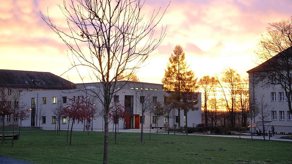 Polizeischulgebäude mit Sonnenuntergang