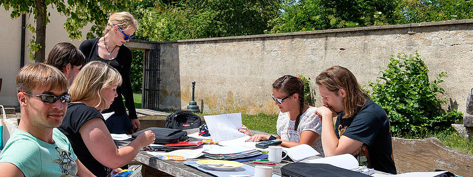 Studierende bei Lernen im Garten