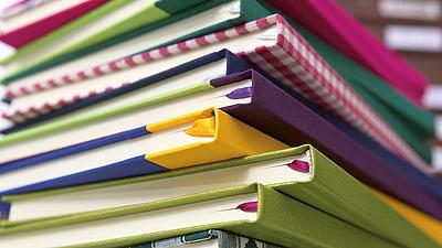 Ein Stapel Bücher mit bunten Einbänden.