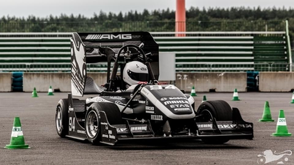 Formula Studeten Rennstall beim Taining im Rennwagen