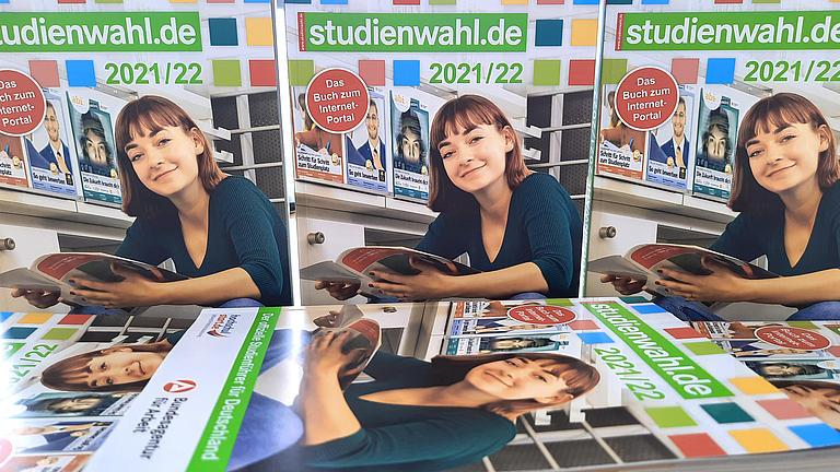 """Bücher der 51. Ausgabe """"Studienwahl"""" liegen auf einem Tisch."""