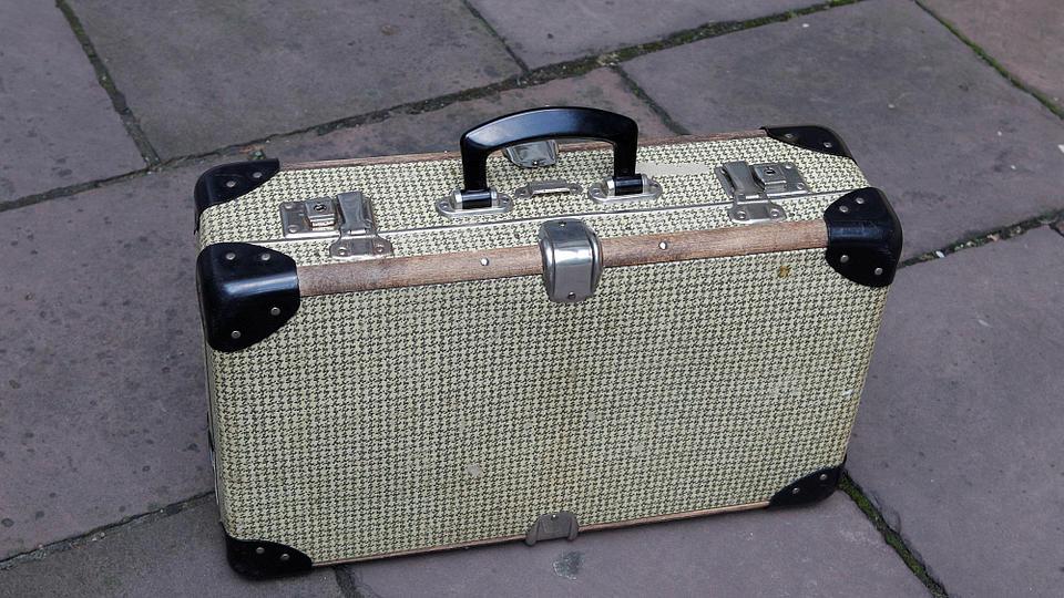 Ein Koffer steht auf der Straße.