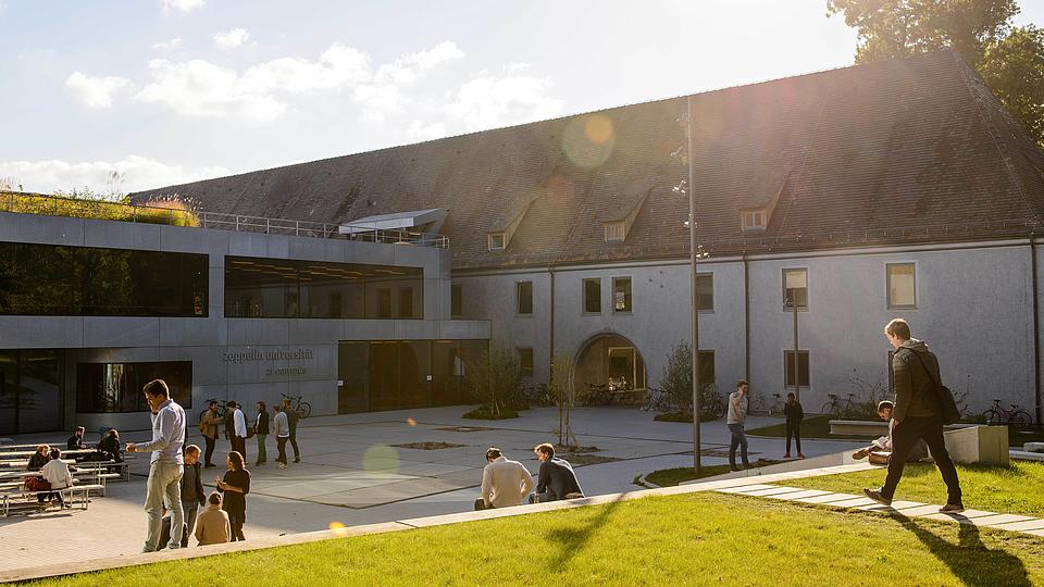 Campus Fallenbrunnen mit Sonnenschein und grüner Wiese