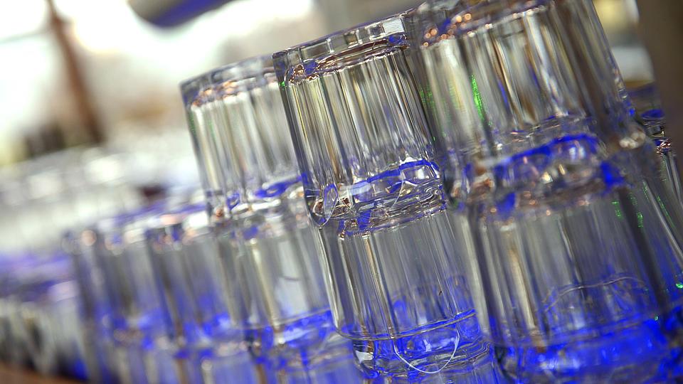 Zahlreiche Gläser stehen gestapelt zur Benutzung bereit.