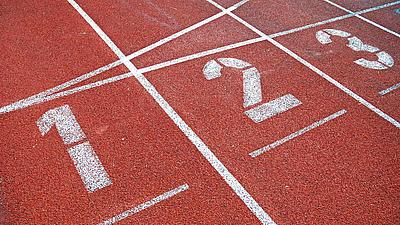 Startplätze für die Läufer an einer Tartanbahn.