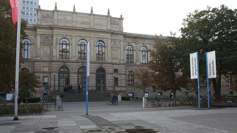 Blick vom Campus auf das Universitätsaltgebäude der Technischen Universität Braunschweig.