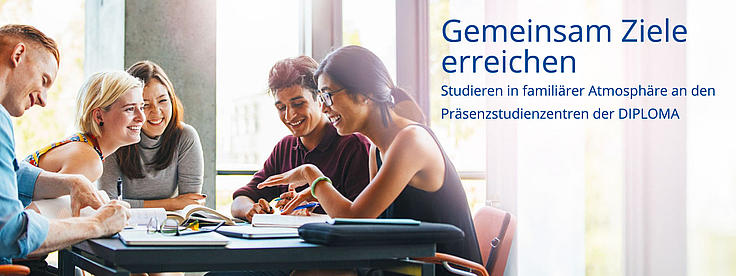 Studierende sitzen beim Lernen zusammen.