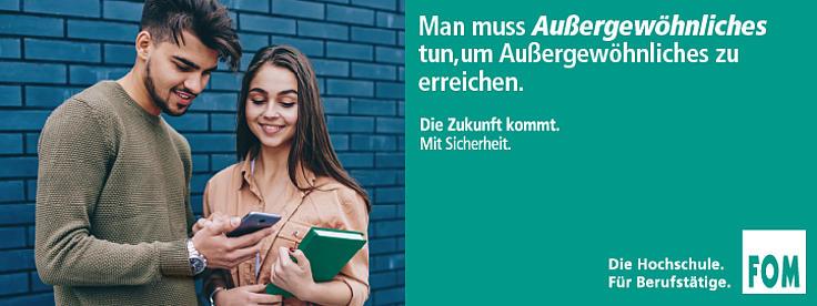 Ein junger Mann und eine junge Frau unterhalten sich. Der junge Mann zeigt etwas auf dem Smartphone. Neben den beiden ein grünes Feld mit weißer Schrift.