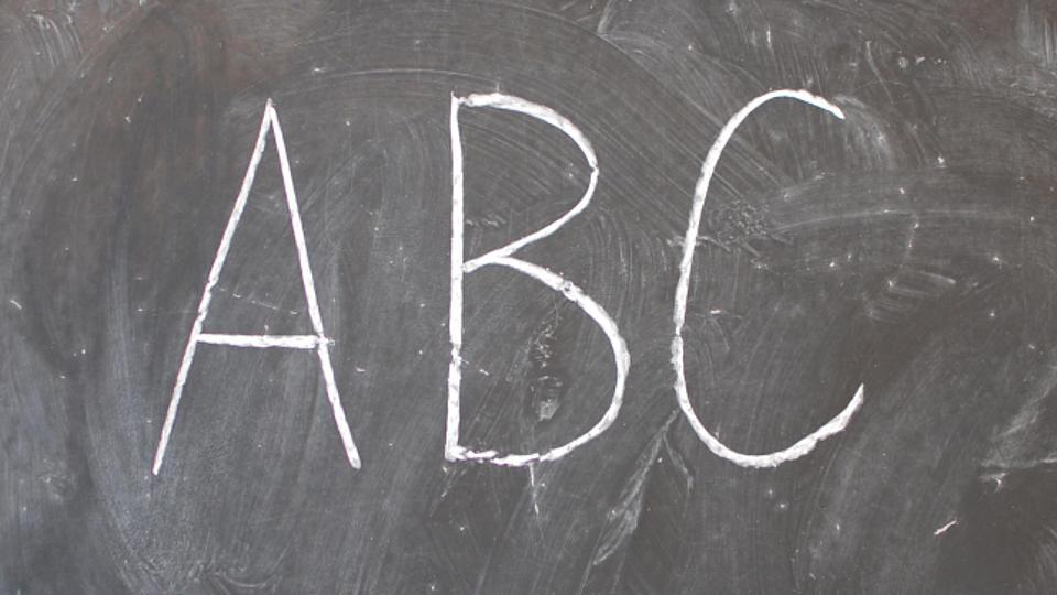 """Zu sehen ist eine Schiefertafel, auf der """"ABC"""" steht."""