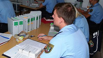 Mehrere Polizeischüler in einer Vorlesung.