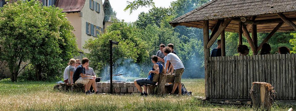 Studierende beim Grillen im Garten