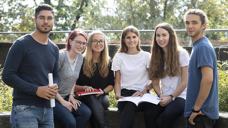 Grüner Campus mit Studierenden