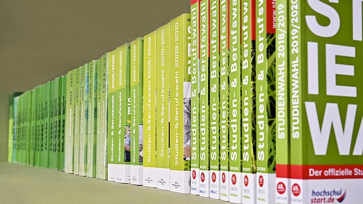 """49 chronologisch sortierte Ausgaben der Broschüre """"Studienwahl"""" stehen in einer Reihe"""