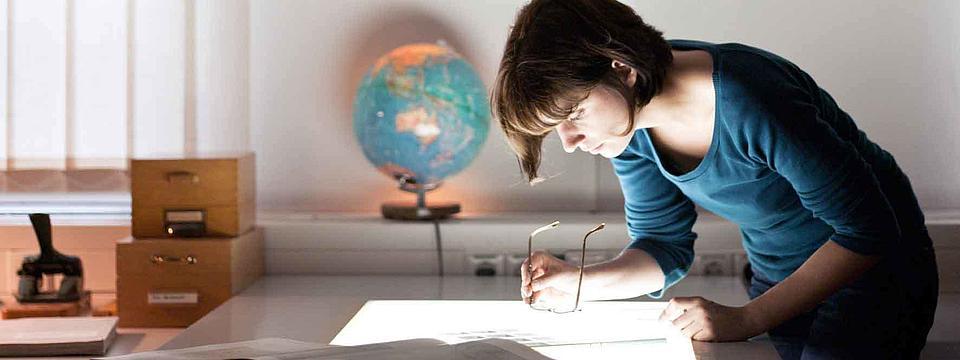 Eine Studentin in einer Bibliothek.