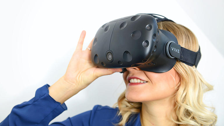 Eine junge Frau trägt eine VR-Brille.