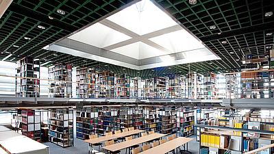 Die Bibliothek einer Uni.