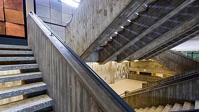 Blick von einer Treppe auf andere Treppen in einem Treppenhaus.