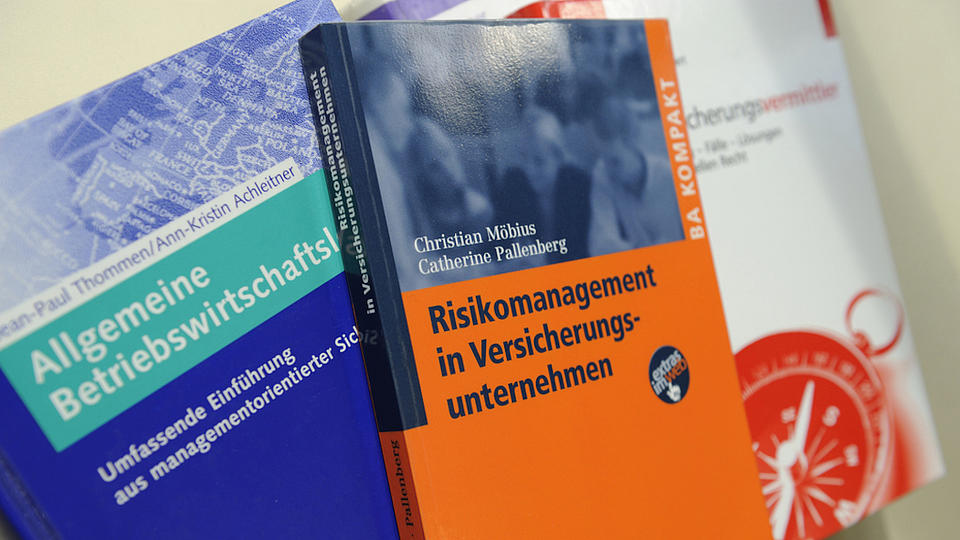 Nahaufnahme von drei Fachbüchern zu den Themen Betriebswirtschaftslehre und Risikomanagement, die übereinander liegen.