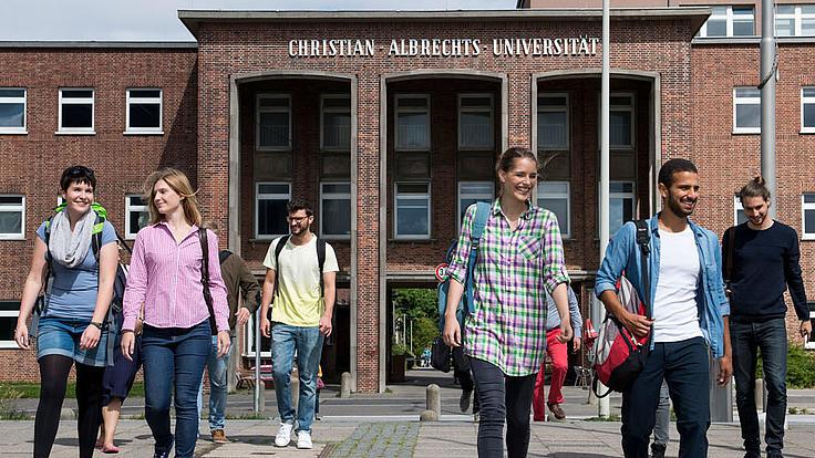 Studierende vor dem Unigebäude