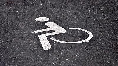 Ein Rollstuhlsymbol auf der Straße.