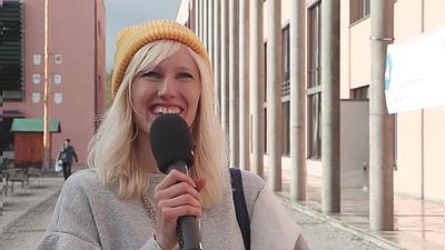 Foto von Sarah Sitte-Zöllner mit Mikrofon in der Hand.