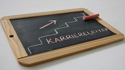 """Auf einer Tafel steht """"Karriereleiter""""."""