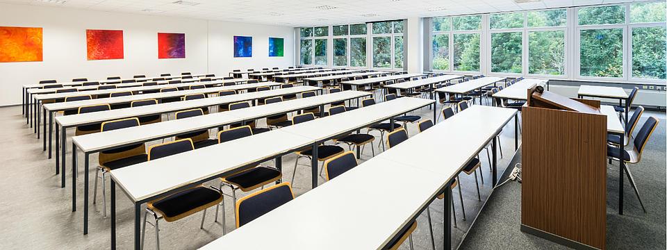 Ein leerer Vorlesungssaal.