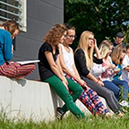 Studierende auf dem Campus der Hochschule Coburg.