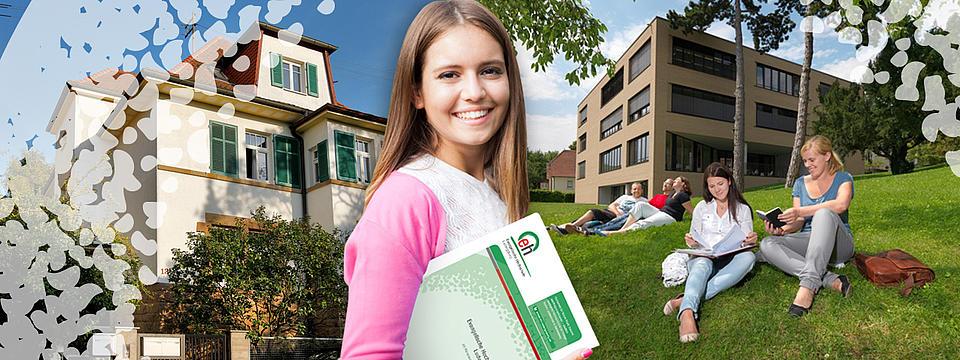 lachende Studentin mit Unterlagen vor der Hochschule