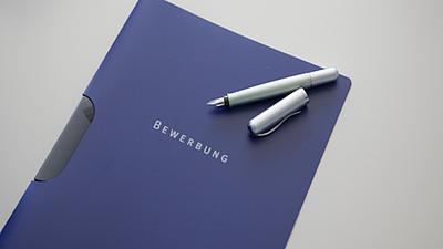 Bewerbungsmappe mit offenem Füller