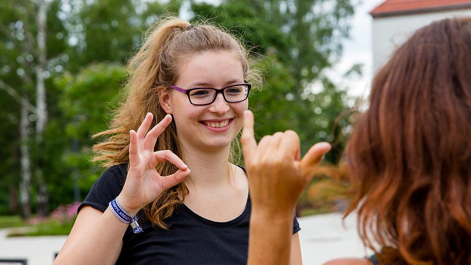 Zwei Frauen unterhalten sich in Gebärdensprache.