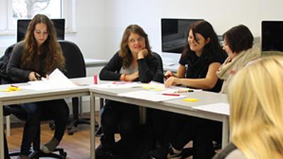 Studierende in einem Seminar.