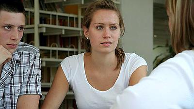 Eine junge Frau und ein junger Mann lassen sich zu Ihren Studienmöglichkeiten beraten.