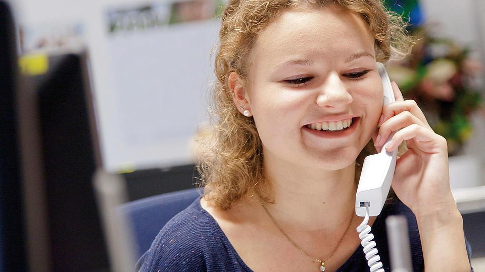 Eine junge Frau am Telefon.