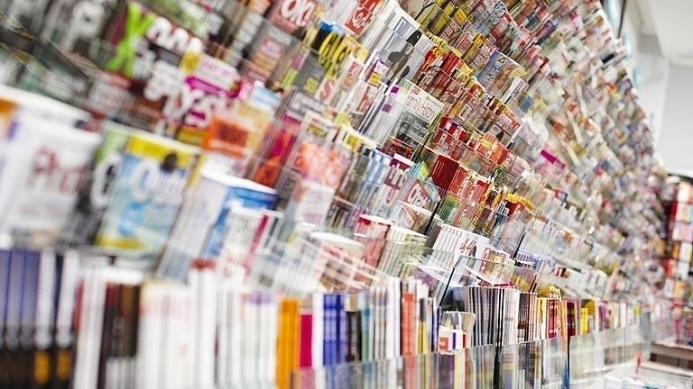 Ein Zeitschriftenregal mit den verschiedensten Magazinen.