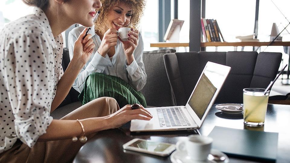 zwei Menschen arbeiten am Laptop