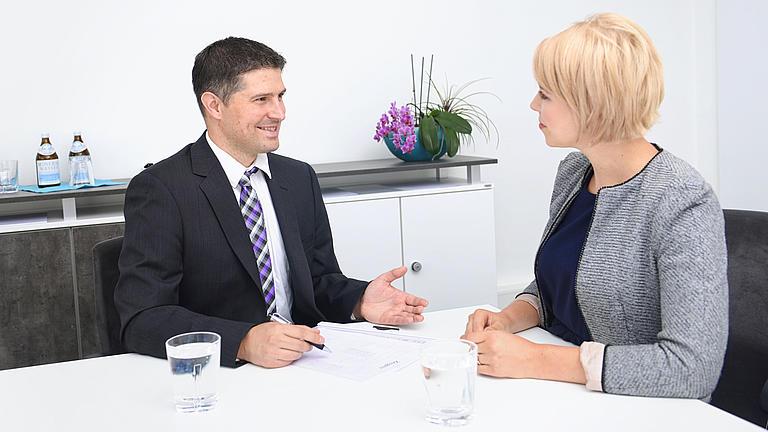 Eine Frau und ein Mann unterhalten sich.