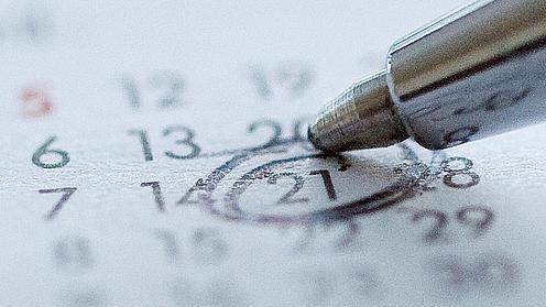 Ein Kugelschreiber umkringelt ein Datum in einem Kalender.