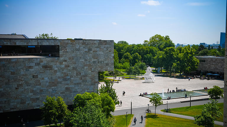 Ansicht der Universität aus der Luft mit blauen Himmel