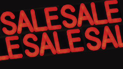 Das Wort Sale steht in roter Schrift auf schwarzem Hintergrund.