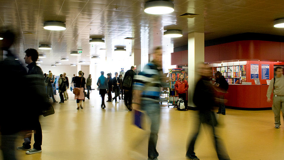 Studierende laufen durch ein Foyer der Freien Universität in Berlin.