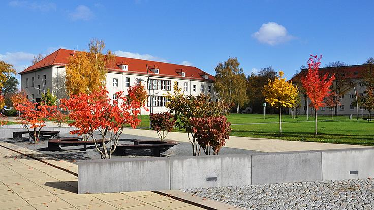 Polizeischulgebäude im Herbst