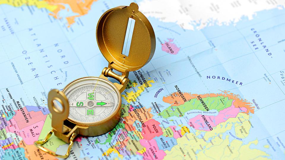Ein Kompass liegt auf einer Landkarte.