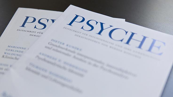 """Zwei Fachzeitschriften mit dem Namen """"Psyche"""" liegen auf einem Tisch"""