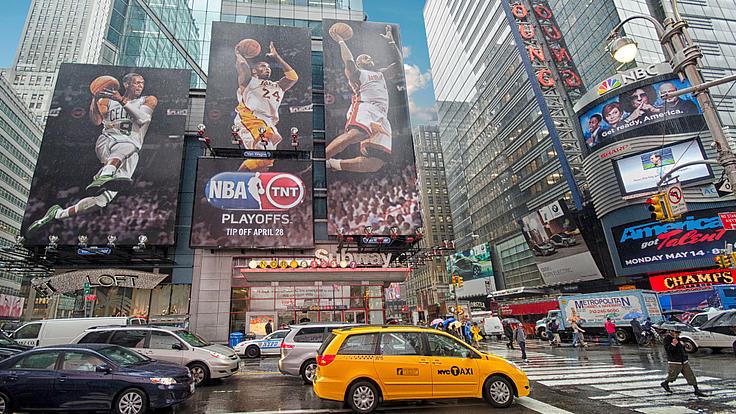 Autos und Werbeplakate in New York.