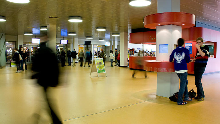 Studierende im Foyer einer Universität.