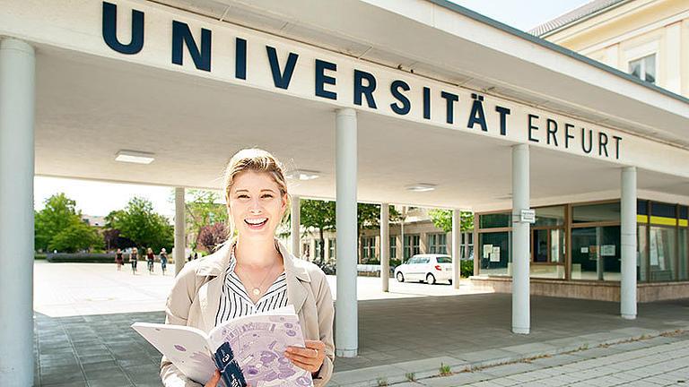 Studentin vor dem Eingang der Universität Erfurt