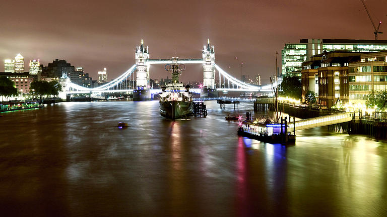 Die Tower Bridge in London bei Nacht.