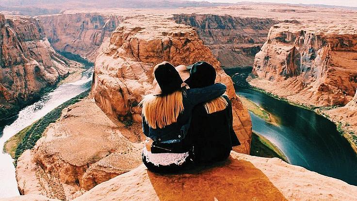 Zwei Studentinnen sitzend auf einem Berg in den Grand Canyons