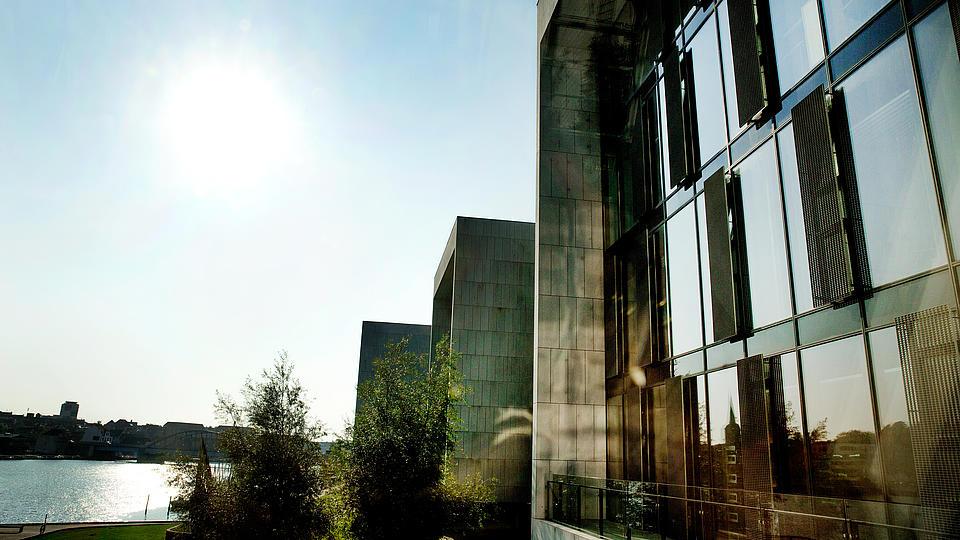 Außenansicht der Universität mit strahlender Sonne